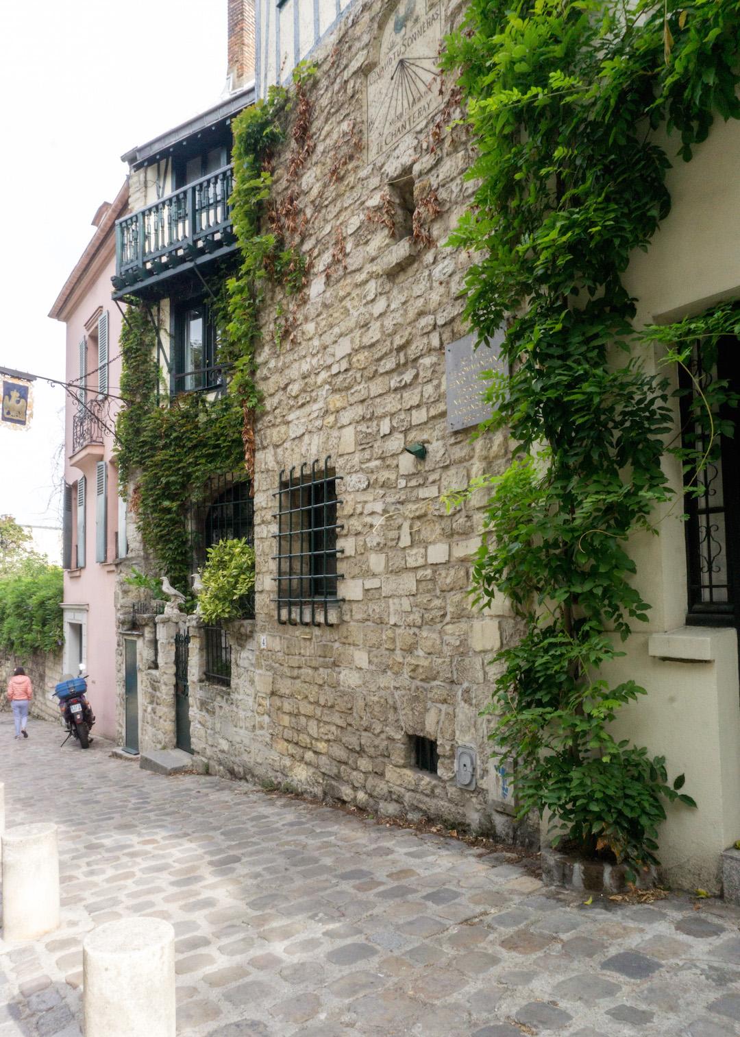 Her_Travel_Edit_Montmarte_Ivy_Walls